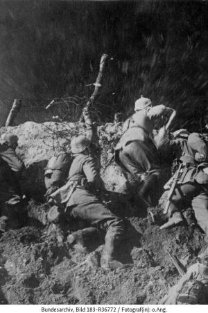 1. Weltkrieg 1914-1918 Aus dem Weltkriegsfilm der UFA: Deutsche Infanterie bei den Besetzen eines Sprengtrichters