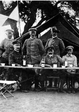 Zentralbild Generalleutnant Lothar von Trotha, der Oberfehlshaber der Schutztruppe in Deutsch-Südwestafrika, mit seinem Stabe in Keetmanshoop während des Herero-Aufstandes 1904. 8932-05